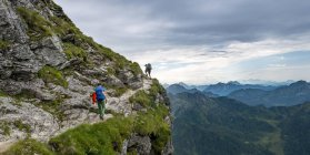 Hikers on rock in Schladming Tauern, Schladming, Styria, Austria — Stock Photo