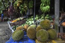 Фруктовый ларек с Дуриан фрукты, бананы, дыни в Центральной провинции, Шри-Ланки, Азии — стоковое фото