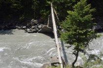 Hängebrücke über dem Wasser des Enguri-Flusses, Swanetien, Kaukasus, Georgien, Asien — Stockfoto