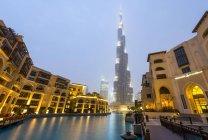 Burj Khalifa with artificial lake and illuminated fountains in Dubai, United Arab Emirates, Asia — Stock Photo