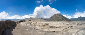 Расщелину напротив некурящих вулкан Gunung Bromo в Bromo Тенгер Семеру Национальный парк, Индонезия, Азия — стоковое фото