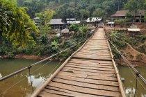 Pont suspendu menant au village de Mai Chau vallée, Vietnam, Asie — Photo de stock