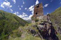 Ruins of medieval residential tower on hilltop, Mutso, High Caucasus, Mtskheta-Mtianeti region, Georgia, Asia. — Stock Photo