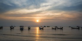 Длинный хвост лодки в море на закате, острове Ко Тао, залив Таиланда, Таиланд, Азия — стоковое фото