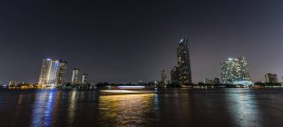 Skyline and Mae Nam Chao Phraya river at night in Bangkok, Thailand, Asia — Stock Photo