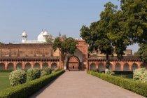 Facade of Red Fort fortress in garden, Agra, Uttar Pradesh, India, Asia — Stock Photo