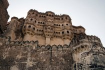 Low angle view of stone wall of Mehrangarh Fort in Jodhpur, Rajasthan, India, Asia — Stock Photo