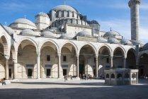 Hof der Süleymaniye-Moschee in europäischen Seite von Istanbul, Türkei — Stockfoto