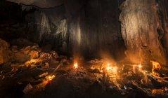 Tourists sleeping in cave with campfire, Kuala Tahan, Taman Negara National Park, Malaysia, Asia — Stockfoto