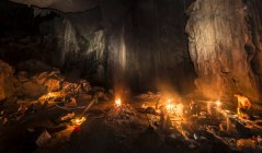 Touristen, die schlafen in Höhle mit Lagerfeuer, Kuala Tahan, Taman Negara Nationalpark, Malaysia, Asien — Stockfoto