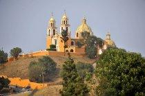 Церковь на руинах доиспанской пирамиды Чолула, Сан Педро Cholula, Пуэбла, Мексика — стоковое фото