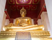 Giant gilded Buddha in Buddhist temple Chang Wat Phra, Ayutthaya, Thailand, Asia — Stock Photo