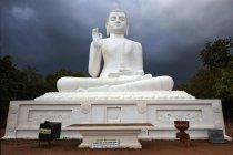 Сидящая статуя Будды с бурной атмосферой, Михинтале, Северная Центральная провинция, Шри-Ланки, Азии — стоковое фото