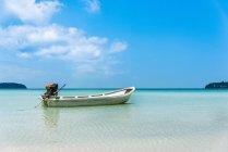 Моторная лодка на идиллическом песчаном пляже бирюзовое море, залив сарацин, Камбоджа, Азия — стоковое фото