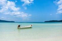 Bateau à moteur sur la plage idyllique de sable de mer turquoise à l'île de Koh Rong, Sihanoukville, Cambodge — Photo de stock