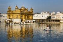 Sikh Gurdwara temple at lake in Amritsar, Punjab, India, Asia — Stock Photo