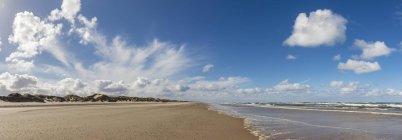 Nuages sur la plage de la mer du Nord, Henne Molle, Danemark, Europe — Photo de stock