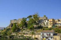 Замок Кастелло Кьярамонте с деревьями в Сикульяны, Сицилия, Италия — стоковое фото