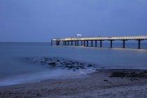 Muelle iluminado de Niendorf en mar Báltico, Timmendorfer Strand, Alemania, Europa - foto de stock