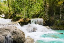 Kleine Wasser-Kaskaden an Tat Kuang Si Wasserfälle Nationalpark, Luang Prabang, Laos — Stockfoto