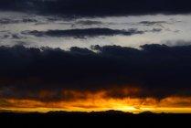 Хмарно атмосфері на заході сонця на Салар де Уюні, Потосі, Болівія, Південна Америка — стокове фото