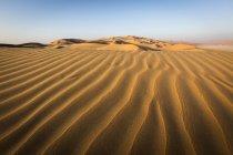 Структури та моделі тінь на піщаних дюн в порожній кварталу з Об'єднаних Арабських Еміратах, Азії — стокове фото