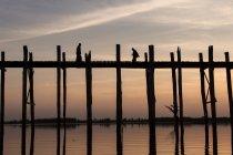 U Bein Bridge en noche de luz cerca de Mandalay, Myanmar, Asia - foto de stock