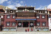 Tagong Monastery facade with monks in autonomous district Garze of Tibetans, Sichuan, China, Asia — Stock Photo