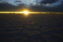 Сотовые структуры на соленое озеро на закате с облаками, Салар де Уюни, Уюни, Потоси, Боливия, Южная Америка — стоковое фото