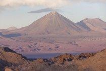 Вулкан Ліканкабур в Valle de la Luna, пустеля Атакама в Чилі, Південна Америка регіон Антофаґаста — стокове фото