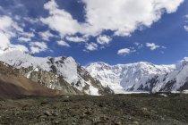Massif de glacier de Pobeda-Khan dans les montagnes du Tien Shan sur la frontière du Kirghizstan et la Chine, l'Asie — Photo de stock