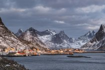 Cityscape of fishing village Reine surrounded by rugged mountains, Reine, Lofoten, Norway, Europe — Stock Photo