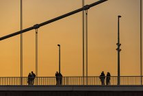 Silhouettes of people on Chain Bridge at dusk, Budapest, Hungary, Europe. — Stock Photo