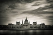 Parliament with Danube under dramatic sky, Budapest, Hungary, Europe — Stock Photo