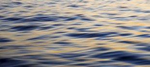 Поверхности океана на рассвете с Выдержка — стоковое фото
