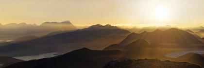 Puesta de sol sobre la cordillera montañosa de Wetterstein, Benediktenwand, Lenggries, alta Baviera, Baviera, Alemania, Europa - foto de stock