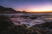 Felsige Küste und Meer bei Sonnenuntergang mit Vulkan Pico del Teide, Punta del Hidalgo, Teneriffa, Kanarische Inseln, Spanien, Europa — Stockfoto