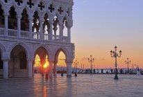 Persone che passeggiano da Piazzetta con Palazzo Ducale, Venezia, Italia, Europa — Foto stock