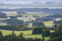 Névoa da manhã sobre a paisagem montanhosa de Pfaffenwinkel, Allgau, Alta Baviera, Baviera, Alemanha, Europa — Fotografia de Stock