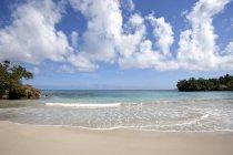 Mar azul turquesa na bela praia de Playa Maguana América Central de Baracoa, na província de Guantánamo, em Cuba, — Fotografia de Stock