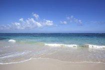 Mer turquoise, au sable plage de Playa Maguana à Baracoa, Guantanamo Province, Cuba — Photo de stock