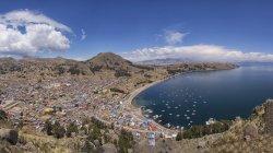 Город Копакабана с залив озера Титикака, Ла-Пас, Боливия, Южная Америка — стоковое фото