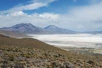 Paisagem árida de Lago de sal Salar de Surire, região Arica y Parinacota, Chile, Ámérica do Sul — Fotografia de Stock