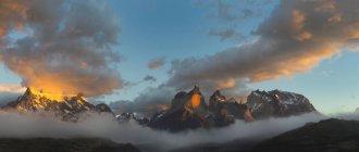 Atmosfera di alba sulle montagne di Cuernos des Paine nel Parco nazionale di Torres del Paine, Cile, Sud America — Foto stock