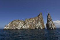 Formación de roca León Dormido en el agua, las Islas Galápagos, Ecuador, América del sur - foto de stock