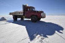 Старые грузовые перевозки соли на соль квартиру Салар де Уюни, Альтиплано, Боливия, Южная Америка — стоковое фото