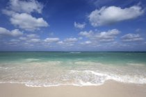 Cielo nuvoloso sopra il mare turchese e la spiaggia di Isola di Cayo Levisa, Pinar del Rio Province, Cuba, America centrale — Foto stock