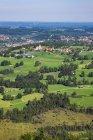 Село на зелений луг Gaissach муніципалітету з Hochfilzen болото, Bad Totz, Isarwinkel, Верхня Баварія, Баварія, Німеччина, Європа — стокове фото
