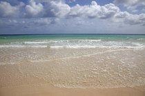 Plage de sable, surf et mer turquoise avec nuages, Playa Bajo Negro, parc naturel de Corralejo, Fuerteventura, Iles Canaries, Espagne, Europe — Photo de stock