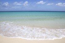 Praia de Sandy, ressaca e mar de turquesa com nuvens, Playa Bajo negro, parque natural de Corralejo, Fuerteventura, Ilhas Canárias, Spain, Europa — Fotografia de Stock